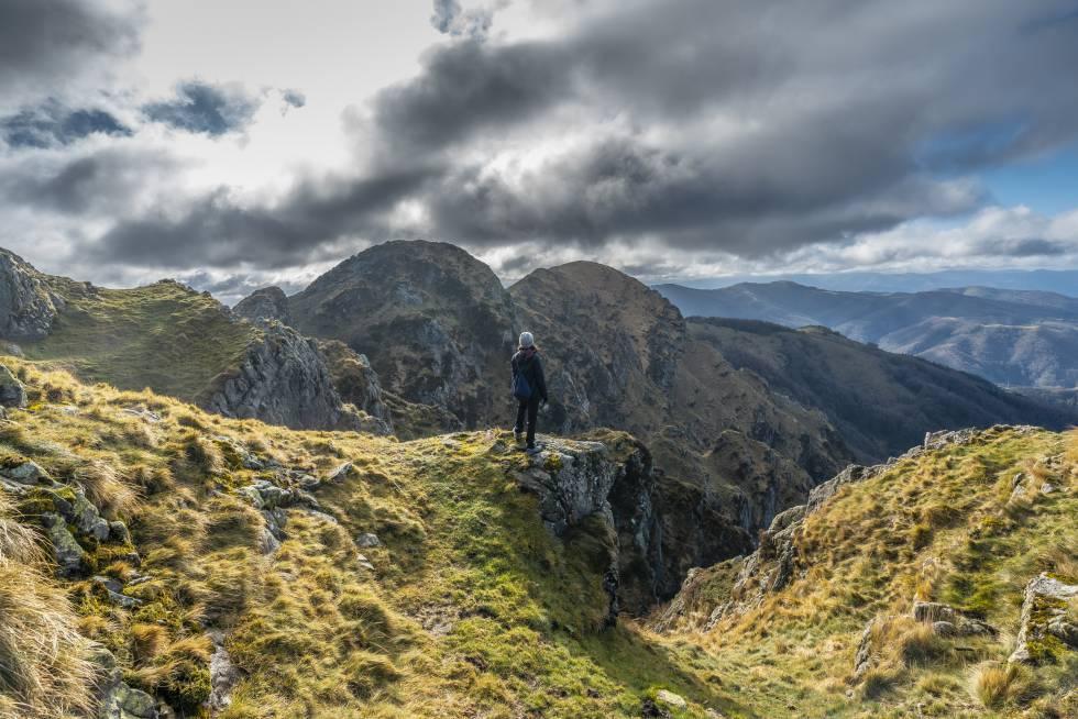 Una joven observa el paisaje desde la cima de la montaña de Aiako Harria.