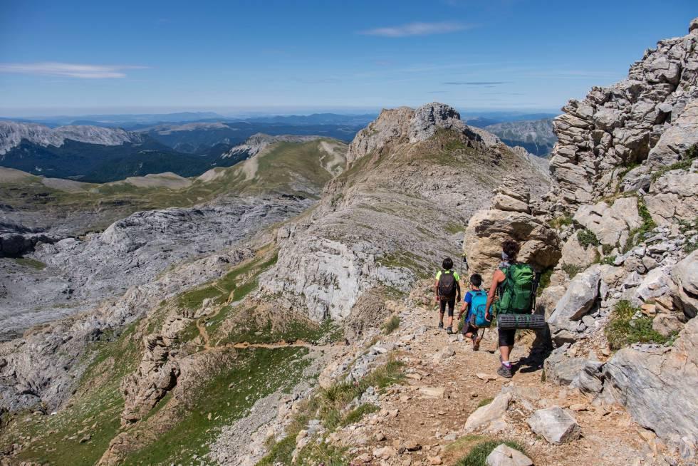 Una familia asciende la cima de la Mesa de los Tres Reyes , que con una altura de 2.442 metros es el techo de Navarra.