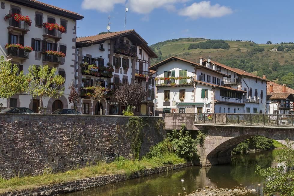 Panorámica de Elizondo, localidad navarra atravesada por el río Bidasoa.