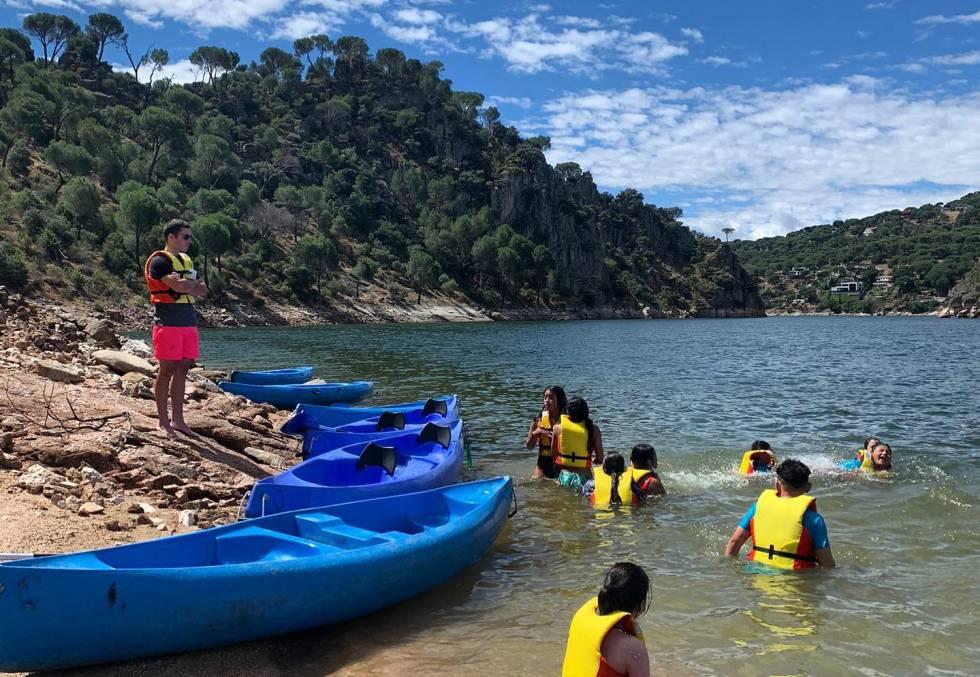Kayaks del Club Deportivo Ocio y Aventura, en el pantano de San Juan.