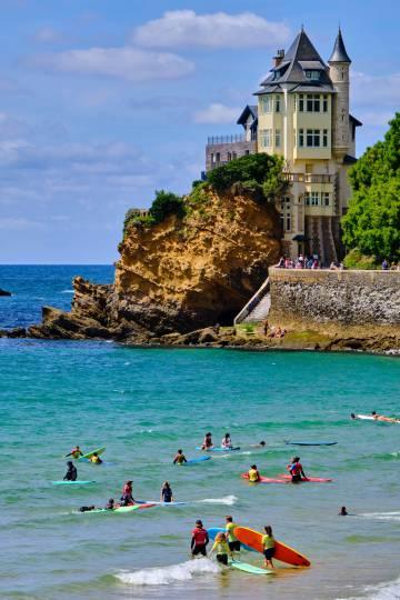 Surfistas en la playa junto a Villa Belza, en Biarritz.
