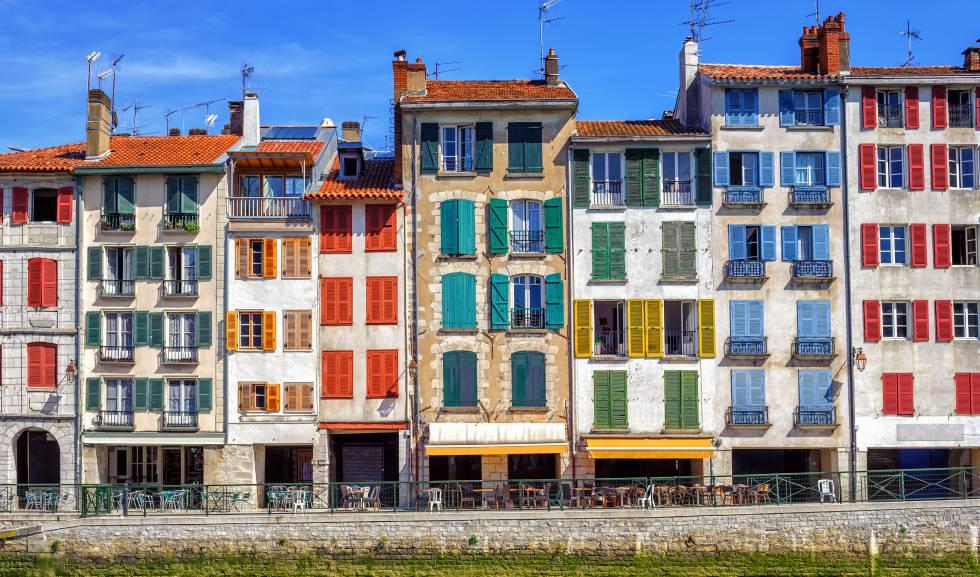 Coloridas fachadas tradicionales en Bayona, en el País Vasco francés.