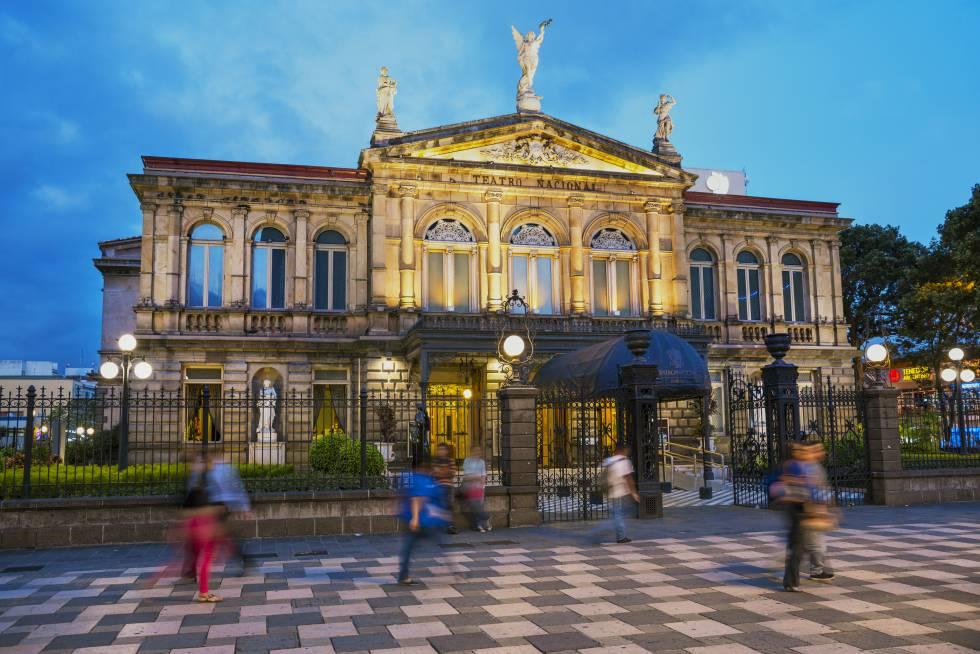 El Teatro Nacional, desde la plaza de la Cultura, en San José, la capital de Costa Rica