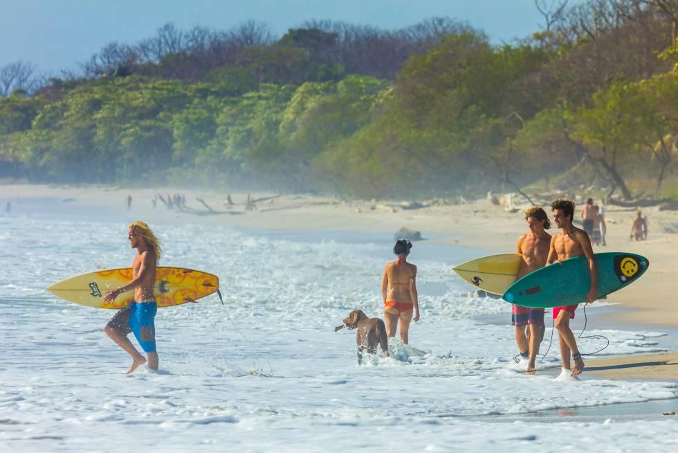 Surferos en una playa cerca de Malpaís, en la penínsila de Nicoya, en la costa costaricense del Pacífico.