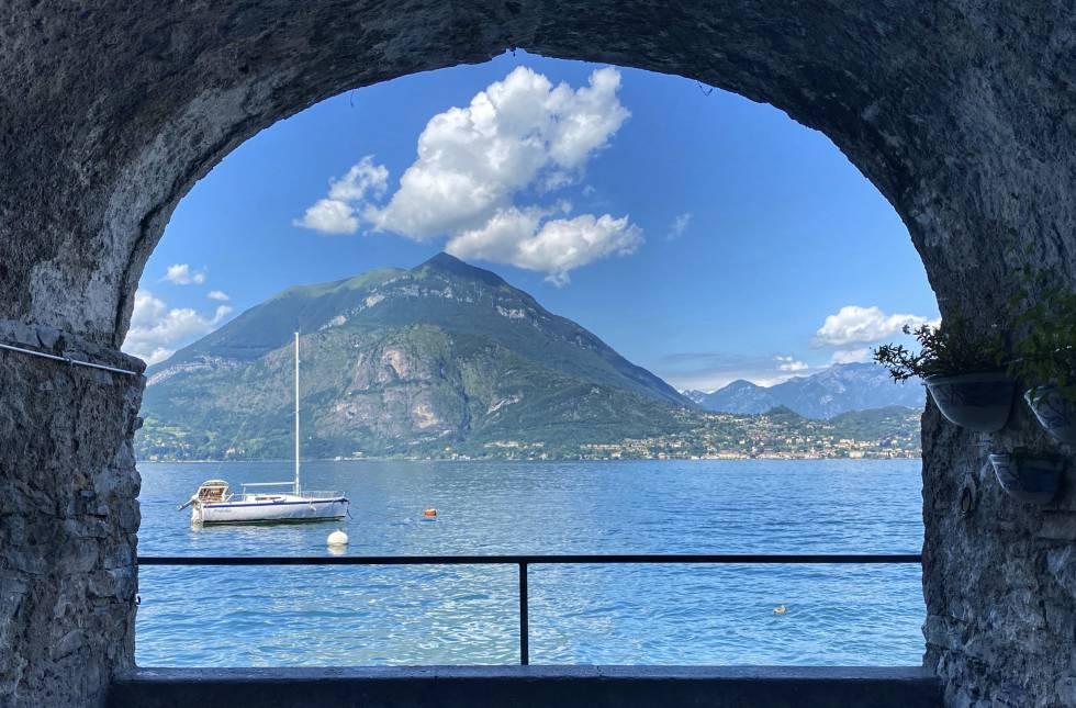 Vistas del lago de Como desde un balcón-mirador en la villa de Varenna.
