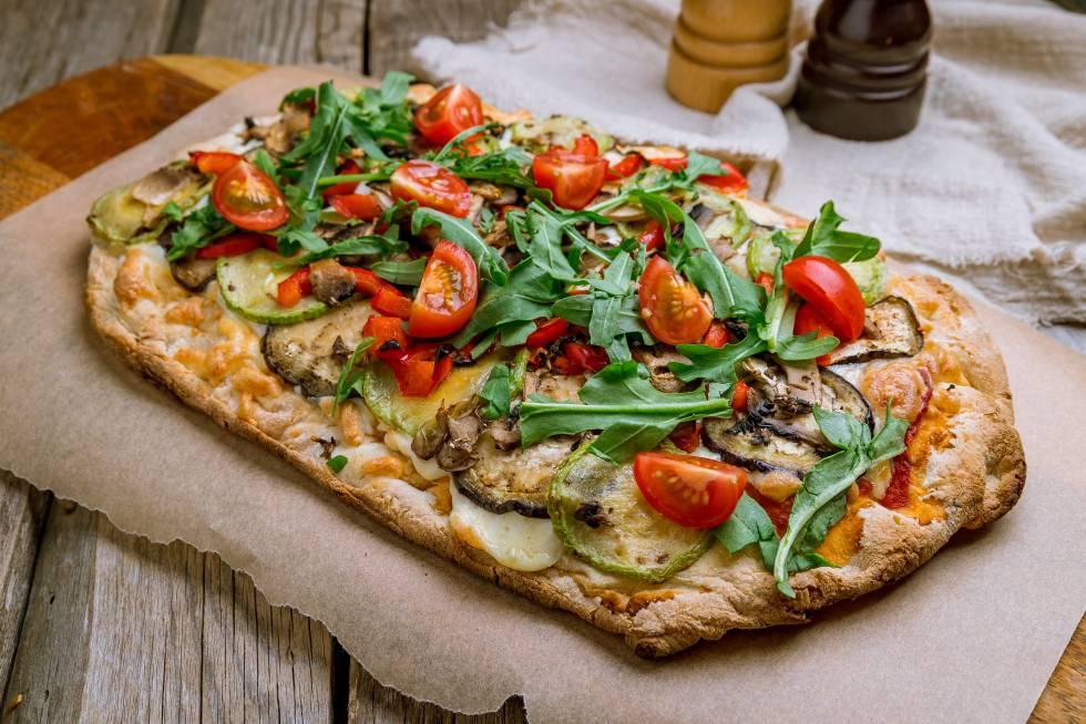 Ni 'focaccia' ni pizza. A medio camino entre ambas recetas está la 'pinsa'. Hecha con una mezcla de harinas, el resultado es una base más ligera y crujiente que se corona con ingredientes al gusto.