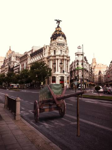 Un carro con productos de La casa de la aldea, aparcado en la calle Alcalá de Madrid.