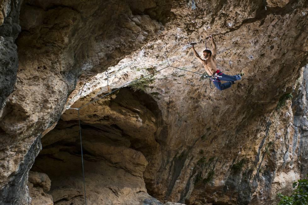 un escalador en una cueva de Montanejos (Castellón).