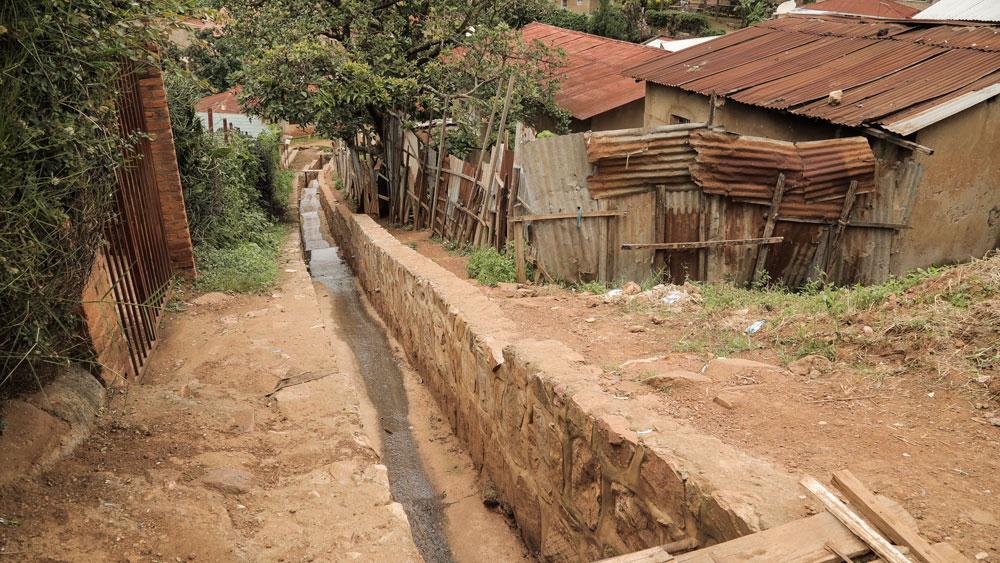 Canaletas en las calles que drenan el agua residual y de lluvia ladera abajo