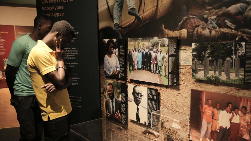 Personas visitando una exposición