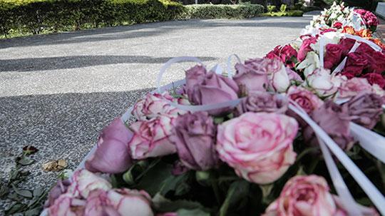 Detalles de flores por los fallecidos