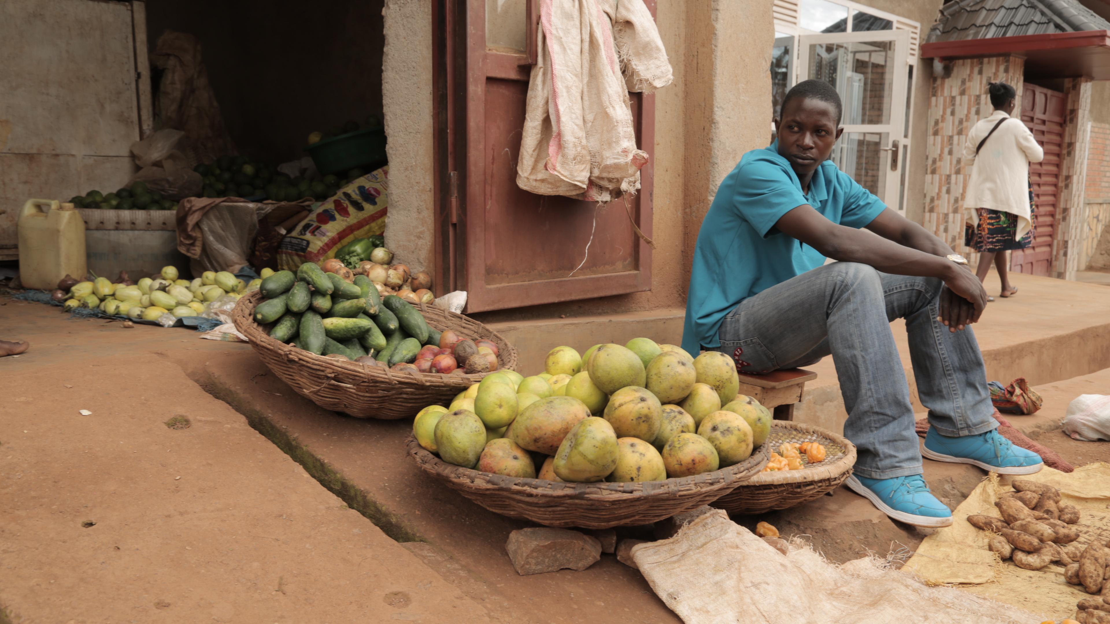 Hombre vendiendo fruta