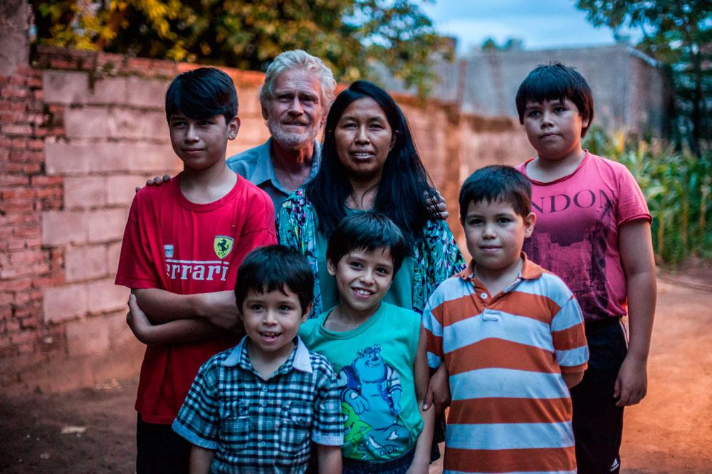 El etnólogo inglés John Palmer, su mujer Basilia Pérez, y la familia trilingüe que han formado.