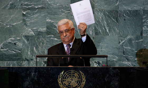 El presidente palestino, Mahmoud Abbas, blande una copia de la solicitud de ingreso de Palestina en la ONU durante su discurso ante la 66 Asamblea General de las Naciones Unidas.