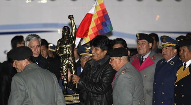 Bolivia arropa a Evo Morales a su llegada tras su tenso paso por Europa