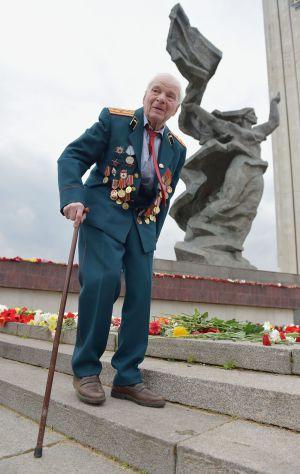 Un veterano de la II Guerra Mundial durante el día de la Victoria en Riga. / ILMARS ZNOTINS (AFP)