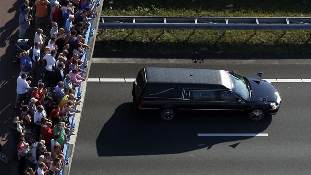 Milhares de pessoas presenciaram a comitiva fúnebre. / Foto: AFP | Vídeo: AFP