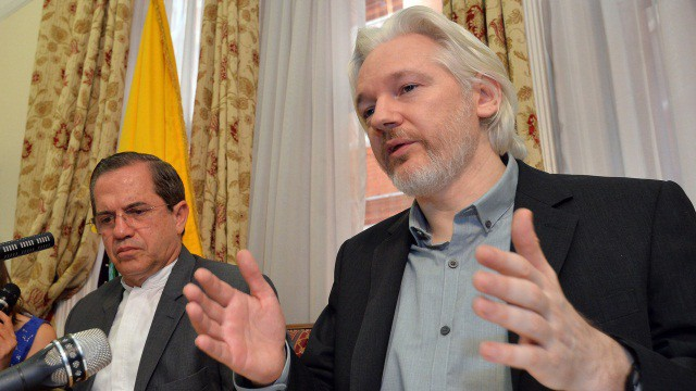 Assange, com o titular de Exteriores de Ecuador.