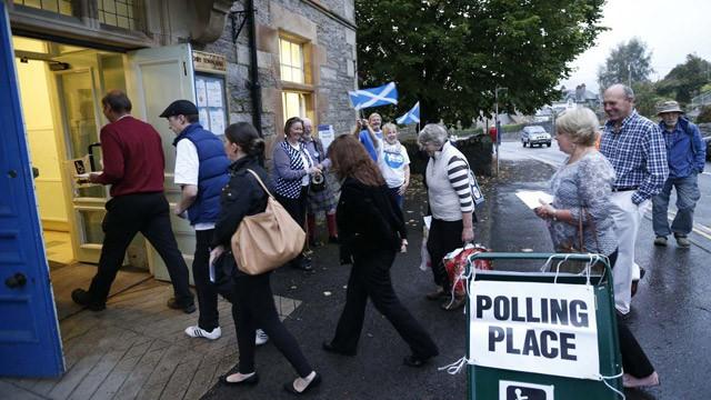 Eleitores em um posto de votação em Pitlochry.. / R. C. (REUTERS) / REUTERS-LIVE