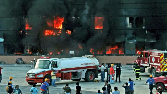 Os bombeiros tentam apagar as chamas que consomem o Palácio do Governo de Chilpancingo. Foto: Efe | Vídeo: Reuters