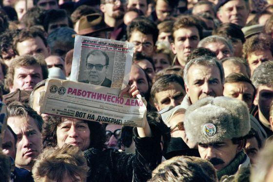 Manifestantes con fotos de Petar Mladenov, el sustituto del dictador Todor Yivkov, y el órgano del régimen, 'Rabotnichesko Delo', en la 'protesta de los 50.000' en Sofía.