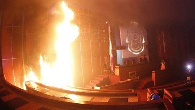 Prédios públicos em chamas em Guerrero.
