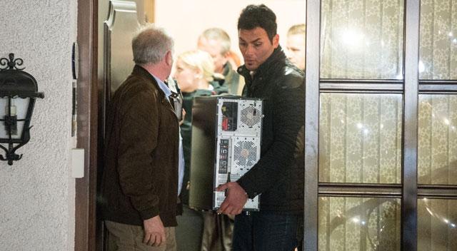 Investigadores deixam a casa do copiloto.