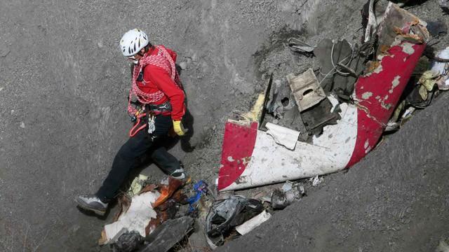 Trabalho de resgate dentre os destroços do avião.