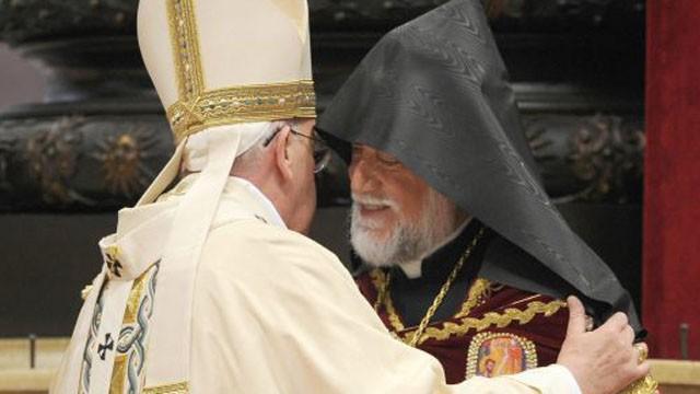 O Papa e o líder religioso armênio, neste domingo em São Pedro.
