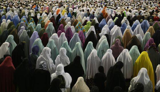 Musulmanas rezan fuera de la Gran Mezquita de La Meca, en 2009.