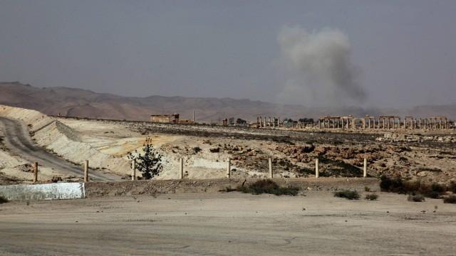 Tropas sírias enfrentam o EI em Palmira.