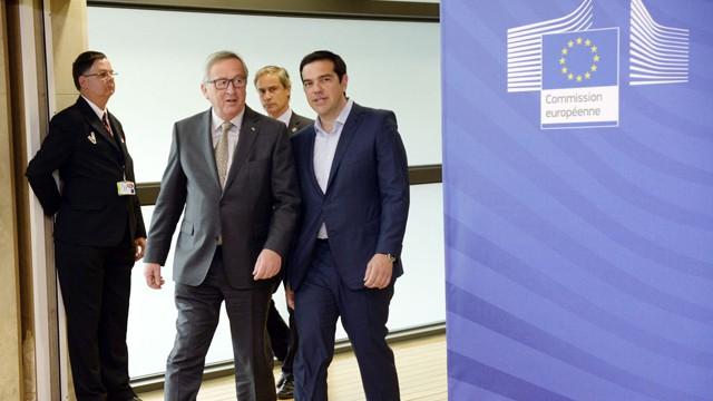 O presidente da Comissão, Jean Claude Juncker, com Tsipras.