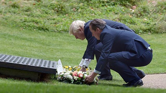 Cameron e Johnson homenageiam as vítimas no Hyde Park.