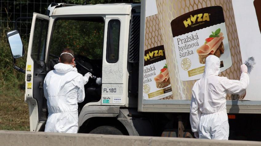 Peritos inspecionam caminhão onde corpos foram achados.