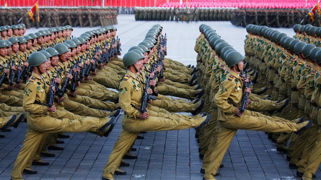 Kim Jong-un diz para multidão que está pronto para guerra contra os EUA
