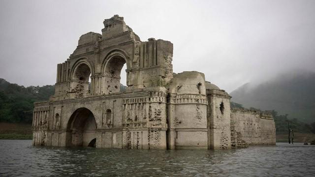La sequía deja al descubierto una iglesia sumergida en México