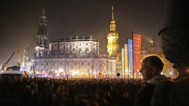 Simpatizantes do Pegida protestam em Dresden.