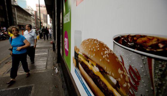Una rata en una hamburguesa cierra un McDonald's en México