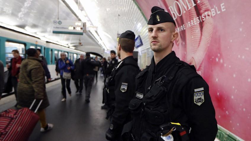 Um policial francês, no Metro de Paris.