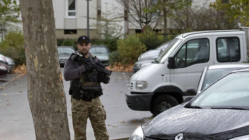 Policial vigia o apartamento em que vive a família de Hasna en Aulnay-sous-Bois, perto de Paris.