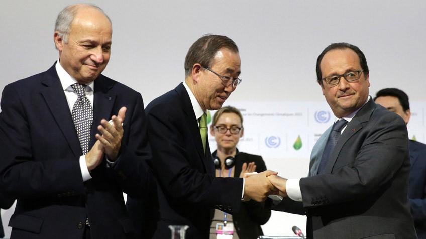 O ministro de Relações Exteriores da França, Laurent Fabius, o secretário-geral da ONU, Ban Ki-moon, e o presidente francês, François Hollande.