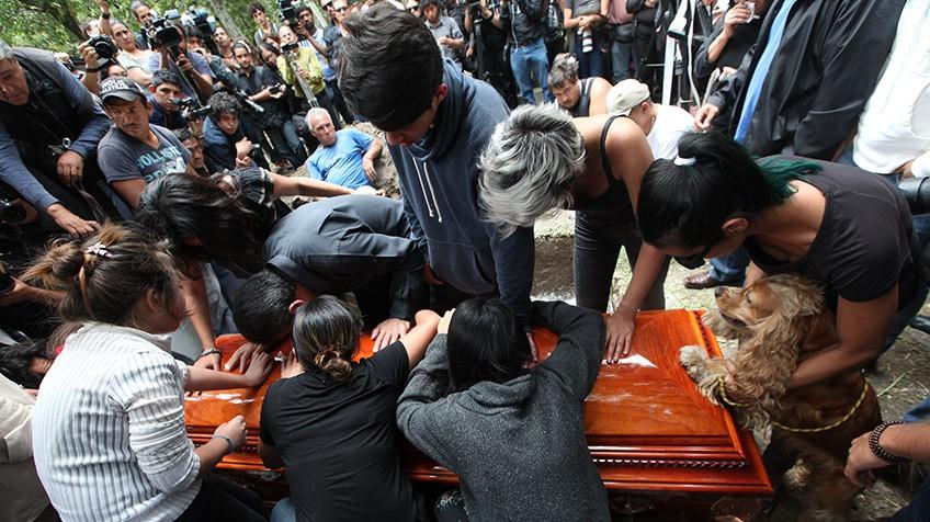 Saída do caixão do fotoperiodista Rubén Espinosa, assassinado junto de outras 4 pessoas, Cidade de México.