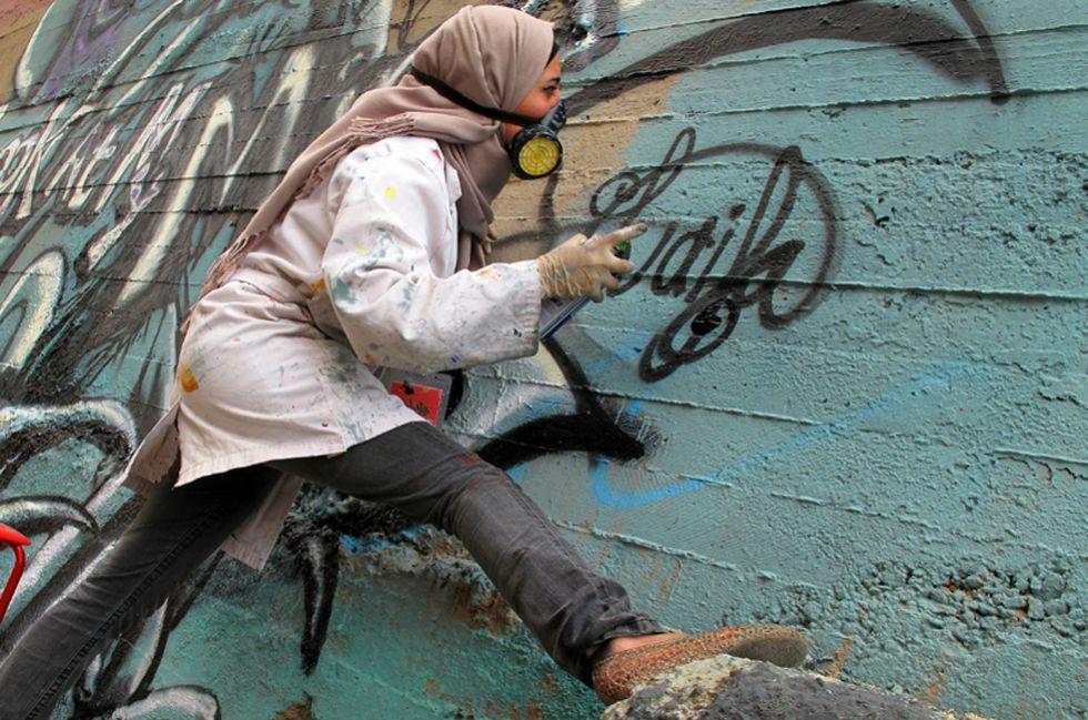 La grafitera palestina Laila Ayawi durante su participación en Jordania de 2014.