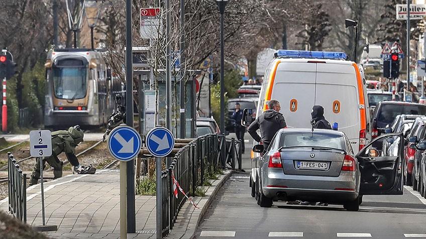 Policial tenta desativar uma bomba.