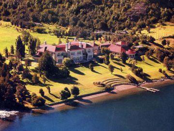 Vista aéra de la mansión que Joseph Lewis construyó en la costa del Lago Escondido, en el sur argentino