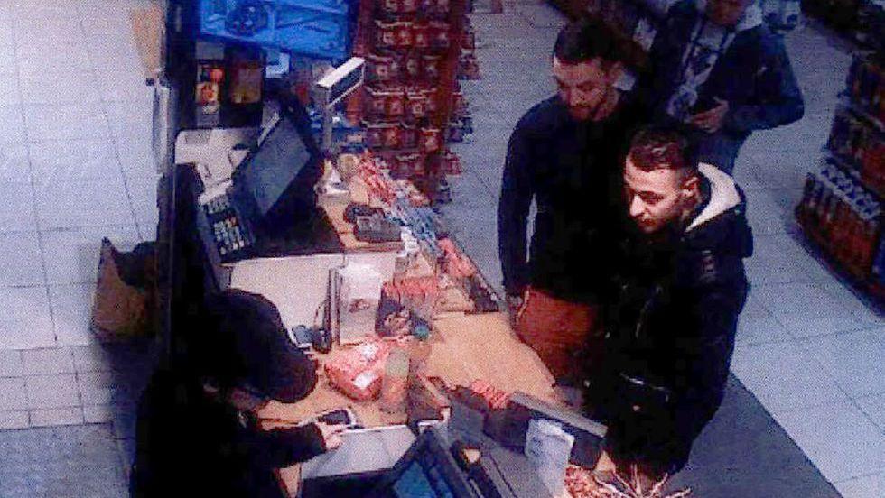 Salah Abdeslam (d), e Mohamed Abrini (e) num posto de combustíveis dois dias antes dos atentados de Paris.