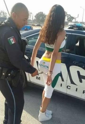 Policias de mexico cogiendo en patrulla - 2 2