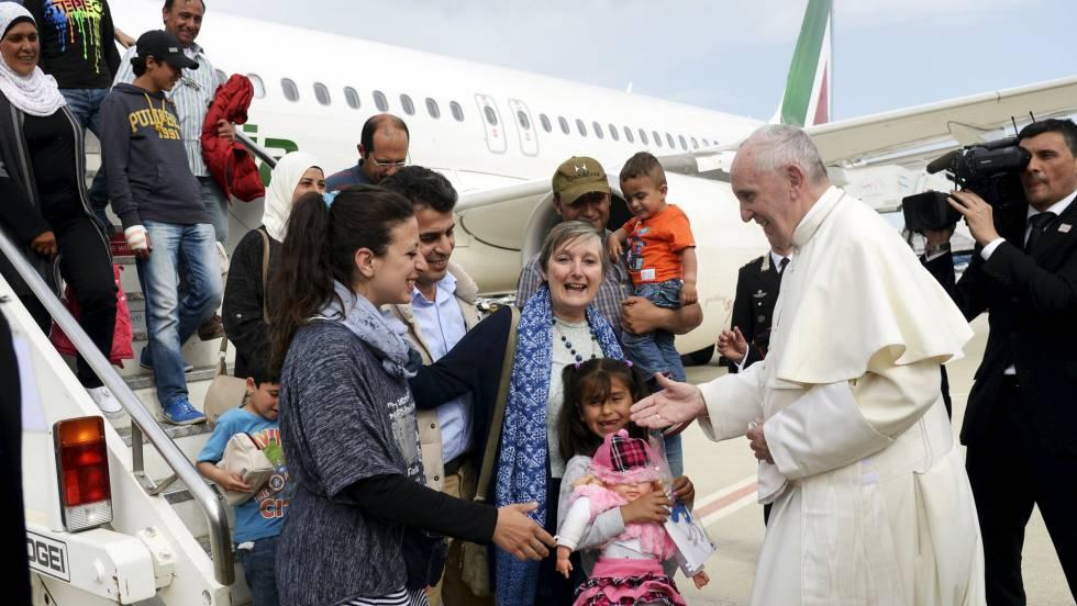 El Papa vuelve de Lesbos con 12 refugiados que acogerá en El Vaticano