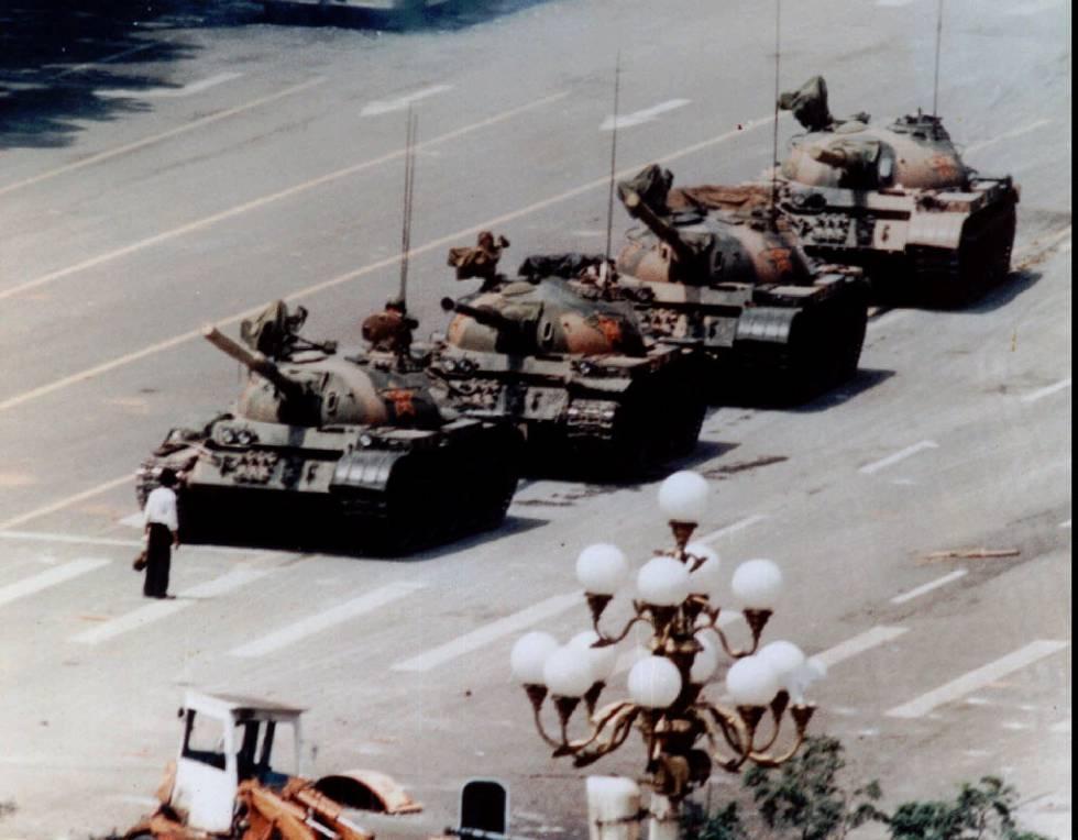 Un manifestante anónimo se enfrenta a una columna de tanques chinos en la plaza de Tiananmen en junio de 1989.