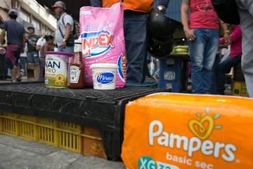 Productos a las afueras de un supermercado de Caracas.